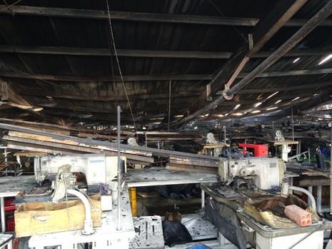 Khói lửa bao trùm xưởng may, hàng trăm công nhân chuyển đồ - ảnh 3
