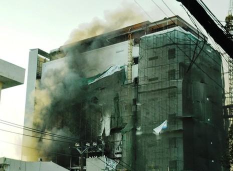 Công trình nhà hàng tiệc cưới trung tâm Sài Gòn bốc cháy khi đang xây dựng - ảnh 1