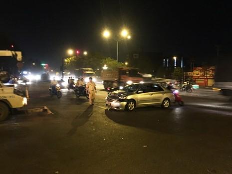 Va chạm xe, nam thanh niên bị 2 người đánh trọng thương - ảnh 1