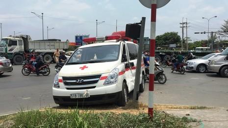 Xe ben húc văng xe cấp cứu đang chở bé trai 6 tuổi - ảnh 1