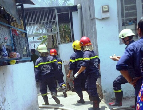 Tai nạn hi hữu, xe máy đổ vào bếp ga mini phát hỏa  - ảnh 1