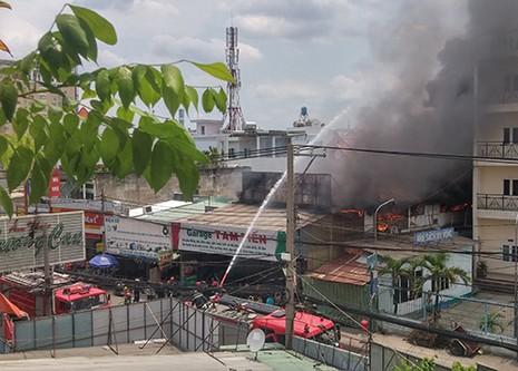 Gara ô tô bùng cháy lớn - ảnh 2