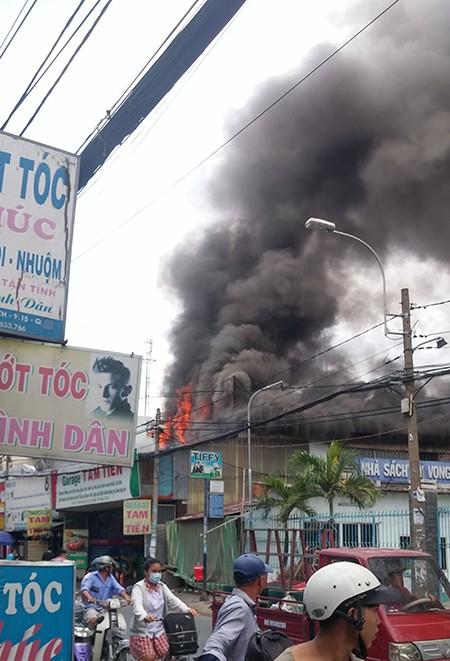 Gara ô tô bùng cháy lớn - ảnh 4