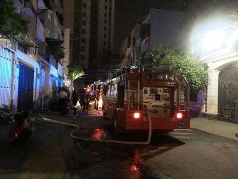 Cháy chung cư ở Bình Thạnh, dân hoảng loạn tháo chạy - ảnh 2