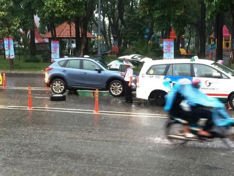 Xe taxi rớt bánh khi chở 7 hành khách đến sân bay Tân Sơn Nhất - ảnh 2