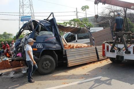 Hành khách hoảng loạn khi xe tải tông đuôi xe khách - ảnh 1