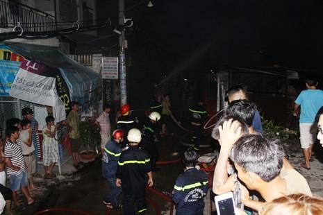 Phá cửa cứu hai vợ chồng cụ già 70 tuổi trong căn nhà bốc lửa - ảnh 1