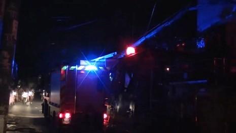 Phá cửa cứu hai vợ chồng cụ già 70 tuổi trong căn nhà bốc lửa - ảnh 3