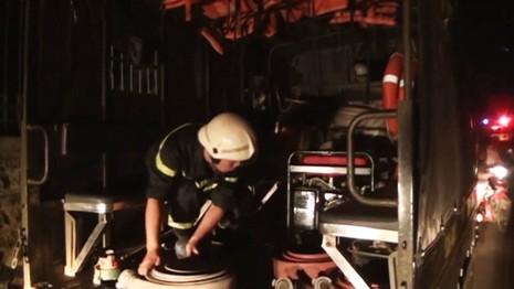 Phá cửa cứu hai vợ chồng cụ già 70 tuổi trong căn nhà bốc lửa - ảnh 2