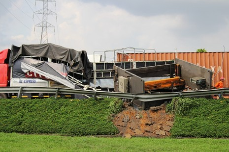 Máy chấn sắt hơn chục tấn rơi từ thùng xe tải xuống đường - ảnh 2