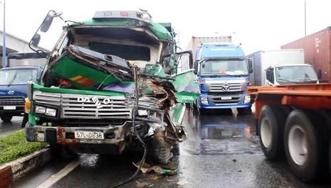 Chiếc xe tải bị bẹp dúm, tài xế mắc kẹt trong cabin sau cú tông