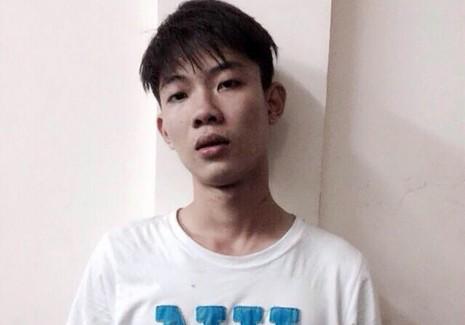 Phước bị bắt giữ sau khi giật túi xách rồi chạy bộ vào chung cư trốn