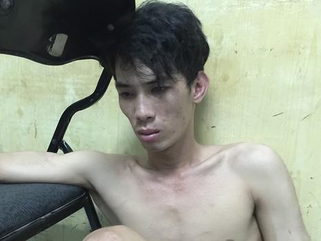 Nam thanh niên tên Cang thấy đường kẹt xe, tài xế ngủ quên nên đột nhập lấy tài sản