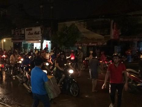 Người dân hốt hoảng di chuyển đồ đạc vì sợ cháy lan.