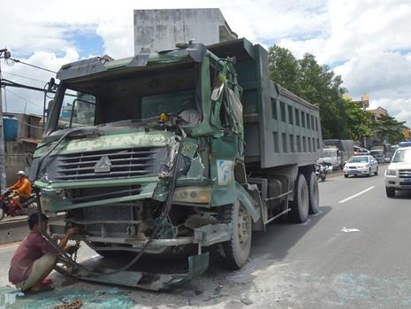 Chiếc xe ben bị hư hỏng nặng phần đầu sau vụ va chạm liên hoàn