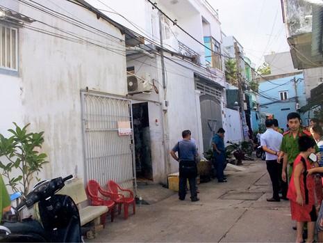 Công an quận Tân Phú khám nghiệm hiện trường nơi xảy ra vụ việc con giết cha.