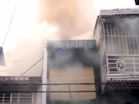 Đám cháy bùng phát ở tầng trên khiến chủ nhà bồng con bỏ chạy