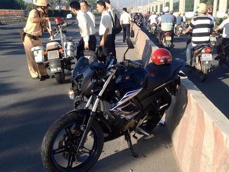 Nam thanh niên điều khiển mô tô vào làn xe ô tô gặp tai nạn, bị thương nặng sáng 19-7
