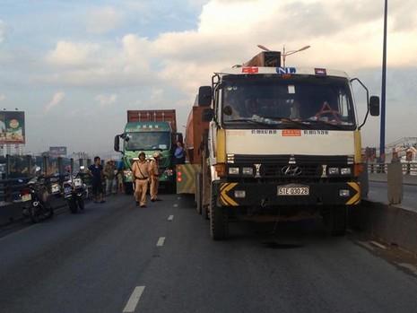 Hai xe container va chạm trên cầu vượt ngã tư Thủ Đức