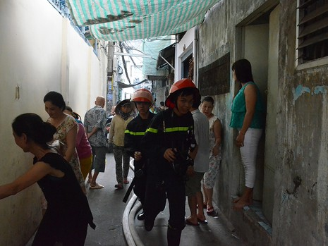 Nhiều người dân sống cạnh đám cháy hốt hoảng di dời đồ đạc, tháo chạy ra ngoài vì sợ cháy lan