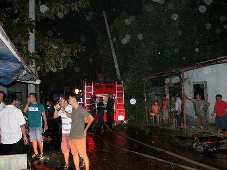 Lực lượng CSPCCC quận Bình Tân, Tân Phú điều động nhiều xe cứu hỏa cùng hàng chục cán bộ chiến sĩ đến hiện trường