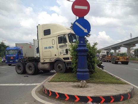 Xe container tông cột đèn tín hiệu trên xa lộ Hà Nội trưa ngày 27-7