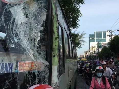 Chiếc xe buýt bị xe bồn tông phải khi vừa đón khách trước Công viên Lê Thị Riêng (quận 10, TP.HCM)