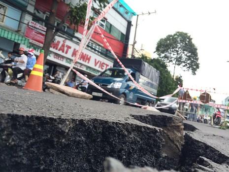 Phần bê tông nhựa bị nứt lún gây ảnh hưởng đến việc lưu thông của các phương tiện