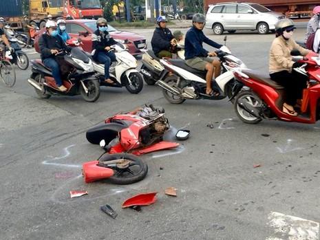 Chiếc xe máy bị gãy đôi sau cú va chạm mạnh ở giao lộ