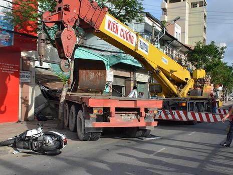 Phương tiện cứu hộ được huy động để di chuyển chiếc xe gây tai nạn