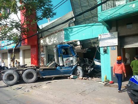 Chiếc xe container cuốn một người cùng xe máy vào gầm rồi lao vào nhà dân trên đường Nguyễn Tất Thành