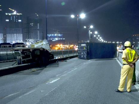 Container rớt bánh, rơi thùng trên cầu Sài Gòn lúc rạng sáng ngày 19-8