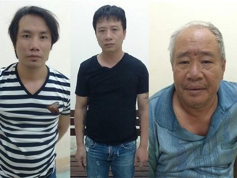 Luật, Dũng và Cảnh (từ Trái qua) bị công an bắt giữ để điều tra.