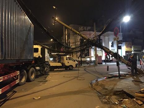 Container vướng đường dây cáp kéo đổ hai cột điện - ảnh 1