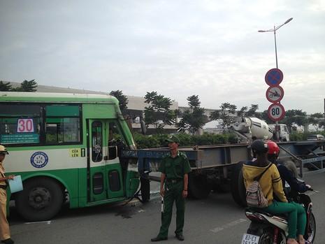 Cùng lúc đó, một xe container tránh hiện trường va chạm thì tiếp tục va chạm với một xe buýt.