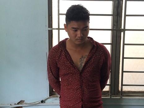 Hào sau khi cướp điện thoại iPhone thì vượt tường rào hơn 2 mét vào vành đai sân bay Tân Sơn Nhất lẩn trốn.