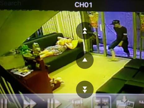 Hình ảnh từ camera an ninh ghi lại cảnh Tân lẻn vào nhà giật túi xách của người phụ nữ.