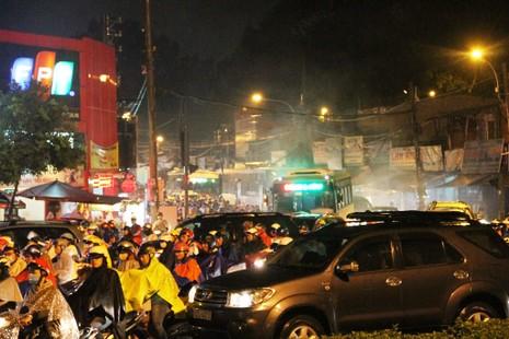 Ngàn phương tiện mắc kẹt dưới mưa khu vực Tân Sơn Nhất - ảnh 12
