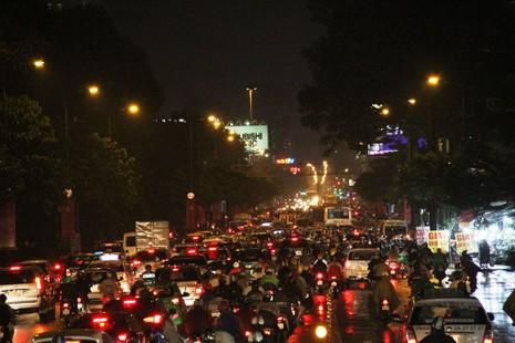 Ngàn phương tiện mắc kẹt dưới mưa khu vực Tân Sơn Nhất - ảnh 1