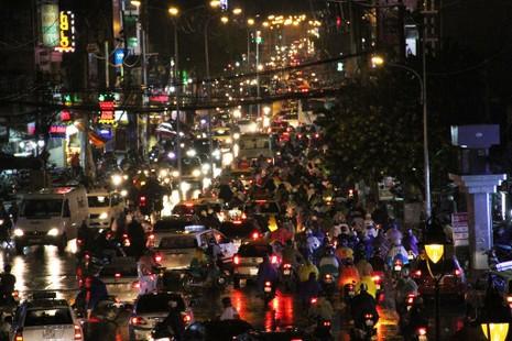 Ngàn phương tiện mắc kẹt dưới mưa khu vực Tân Sơn Nhất - ảnh 2