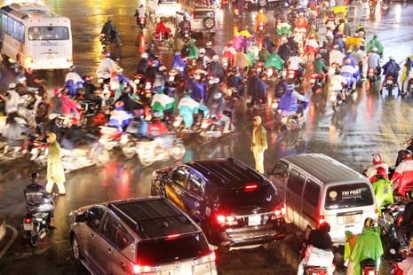 Ngàn phương tiện mắc kẹt dưới mưa khu vực Tân Sơn Nhất - ảnh 4