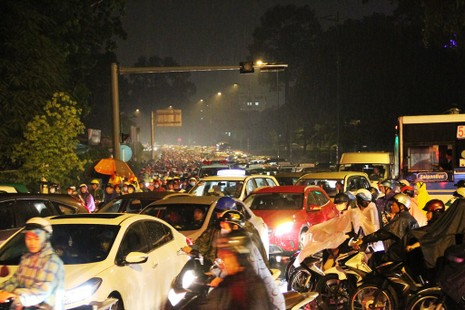 Ngàn phương tiện mắc kẹt dưới mưa khu vực Tân Sơn Nhất - ảnh 7