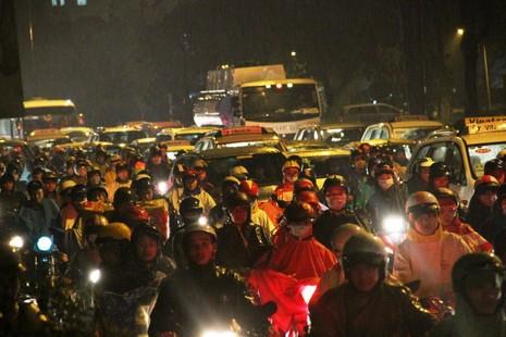 Ngàn phương tiện mắc kẹt dưới mưa khu vực Tân Sơn Nhất - ảnh 9