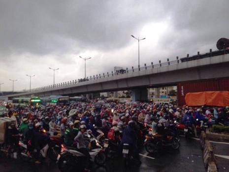 Ngàn phương tiện mắc kẹt dưới mưa khu vực Tân Sơn Nhất - ảnh 13
