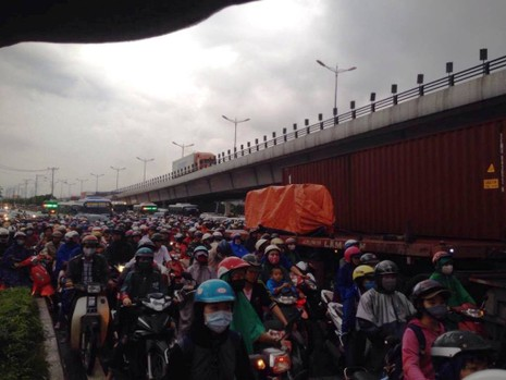 Ngàn phương tiện mắc kẹt dưới mưa khu vực Tân Sơn Nhất - ảnh 17