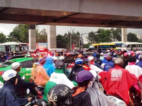Ngàn phương tiện mắc kẹt dưới mưa khu vực Tân Sơn Nhất - ảnh 19