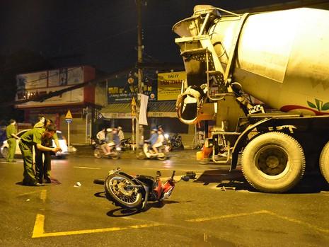Hai nam công nhân va chạm xe bồn tử vong