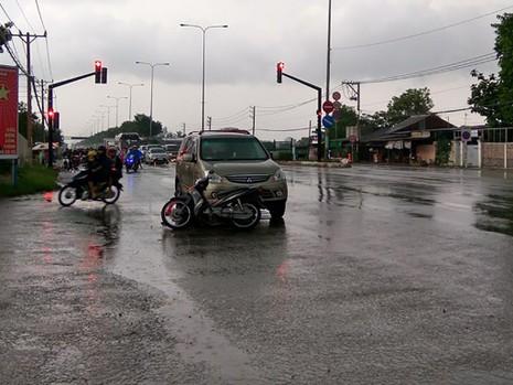 Cụ bà 75 tuổi cùng con dâu bị ô tô tông ngay giao lộ - ảnh 1