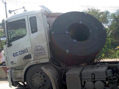 Container phanh gấp, cuộn thép hàng tấn đè bẹp cabin - ảnh 1