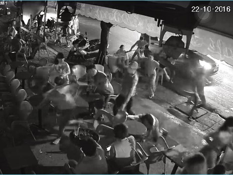 Nhóm thanh niên lao vào quán đập phá đánh người - ảnh 1